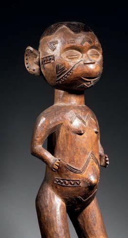 Ɵ Figure féminine debout Makonde, Mozambique XIXe siècle Bois H. 53 cm Makonde Standing...