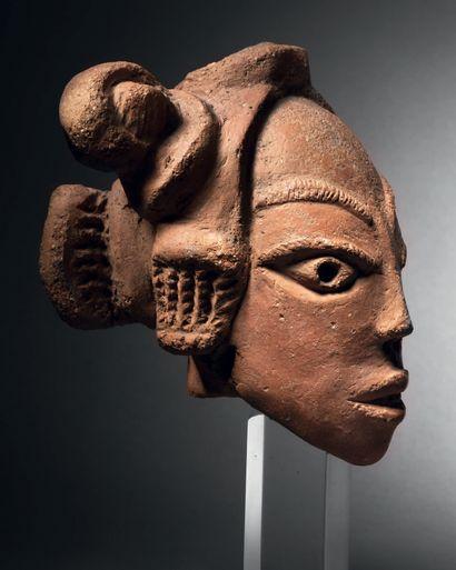 Tête Nok, Nigéria Terre cuite faite d'argile...