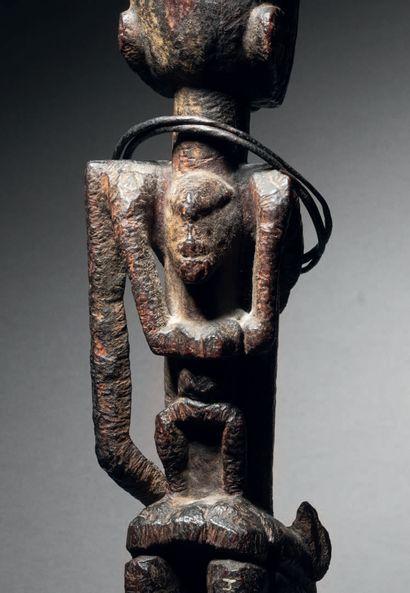 Maternité Dogon, Mali Bois et très ancienne patine, colliers en métal H. 31 cm Dogon...