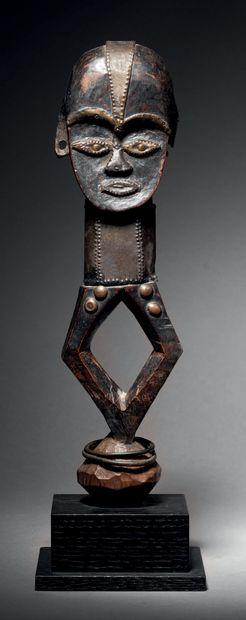 Ɵ Mbumba, Tsogho, Gabon Cuivre, clous de tapissier H. 30 cm Tshogo mbumba, Gabon...