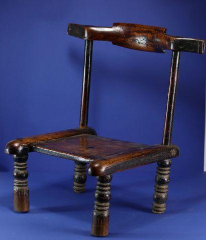 Chaise basse à belle patine d'usage. Bois et métal. Gouro, Côte d'Ivoire. H. 57...