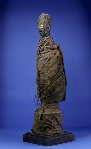Importante et impressionnante statue votive figurant un personnage debout sur une...