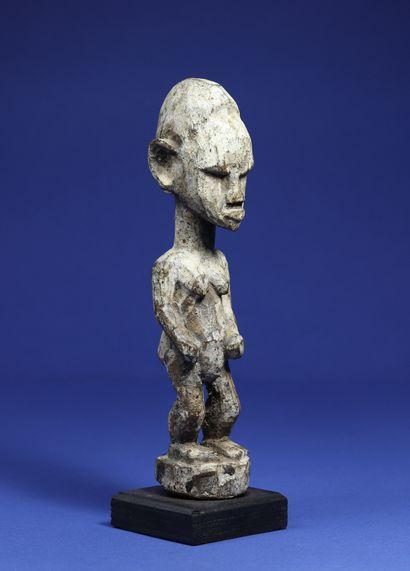 Statuette féminine aux traits schématiques,...