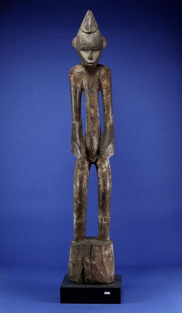 Imposante statue déblé figurant un personnage...