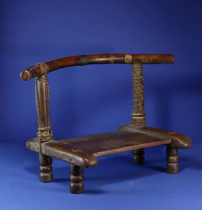 Chaise basse avec belle patine d'usage....