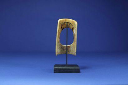 Bracelet de fillette. Ivoire à patine miel. Gurunsi, Burkina Faso. H. 11 cm. Provenance...