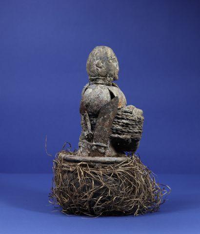 Statue votive enserrée dans un vase en terre cuite portant un collier composé de...