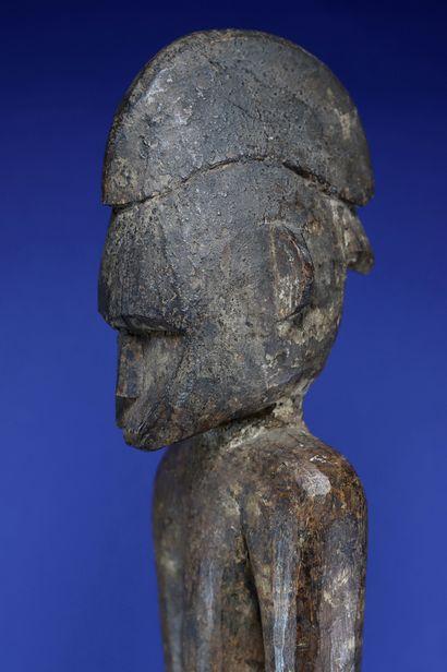 Imposante statue déblé figurant un personnage masculin debout, les bras le long...