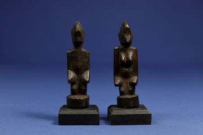 Charmant couple de statuettes de divination aux traits minimalistes. Bois. Senoufo,...