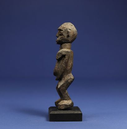 Statuette masculine représentée debout. Bois à patine croûteuse. Lobi, Burkina Faso....