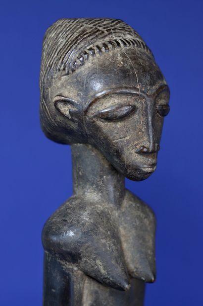Belle statue longiligne figurant un personnage féminin debout, les bras le long...