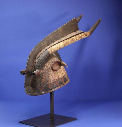 Masque casque représentant un animal surnaturel,...