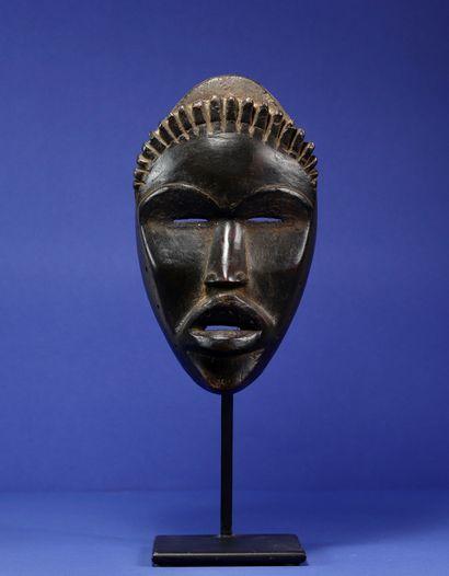 Masque décoré d'une rangée de petites cornes...