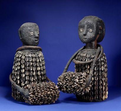Beau couple de personnages en bois à forte patine rituelle entièrement drapés de...