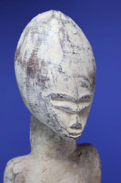 Important couple de statues, les têtes ovoïdes enserrant des petits visages aux...