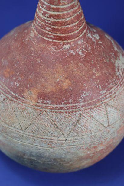 Elégante poterie sphérique à long col, engobe rouge. Terre cuite. Djenné, Mali....