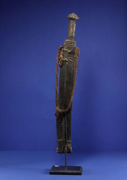 Sabre dans son fourreau en cuir décoré de motifs géométriques gaufrés. Baoulé, Côte...