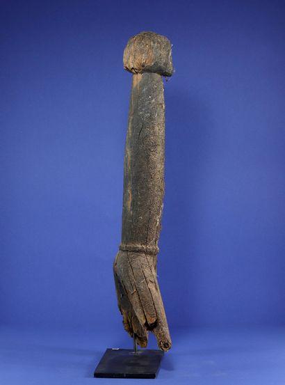 Kpin-seblà effigy representing a male ancestor, the head resting on a tubular trunk...