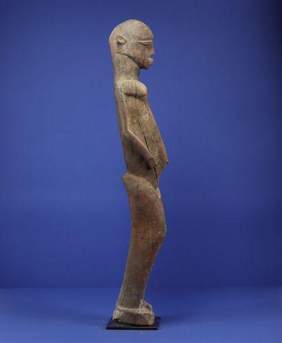 Grande statue représentant un personnage féminin debout. Belle tension dans la courbe...