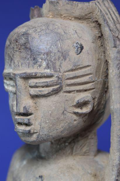 Importante statue féminine représentée debout, le bras gauche levé, la main posée...