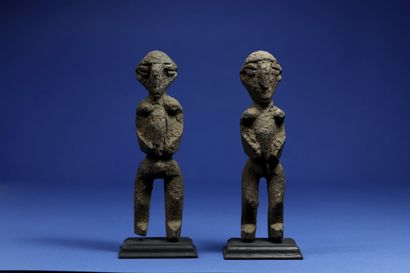 Pair of statuettes of divination or protection, the volumes stretched, the characteristic...