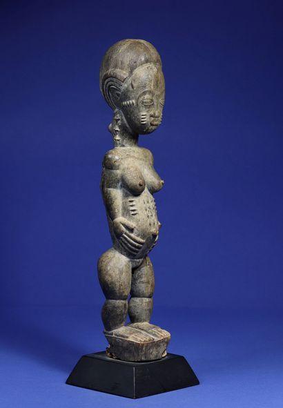 Belle statue féminine blolo bla (épouse de l'au-delà) aux seins généreux, le corps...