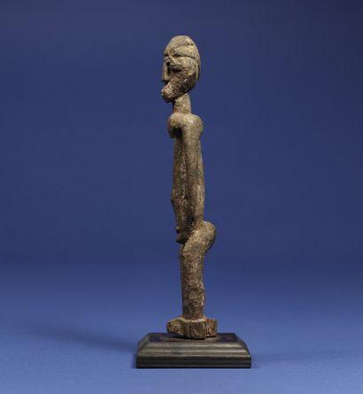 Statuette représentant un personnage debout. Bois à patine croûteuse. Lobi, Burkina...
