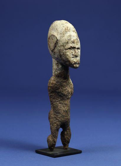 Etonnante statuette macrocéphale, le corps...
