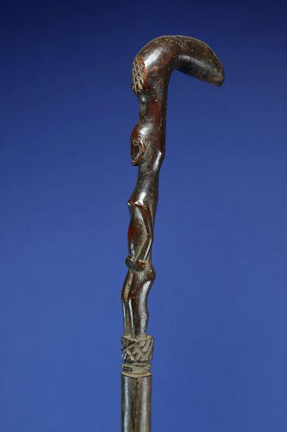 Canne de chef sculptée en son sommet d'un personnage debout. Profonde patine d'usage....