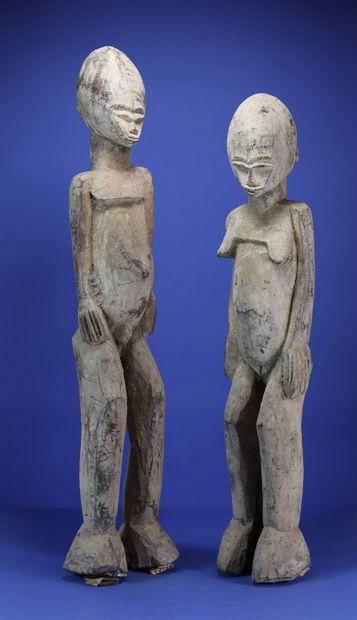 Important couple de statues, les têtes ovoïdes...