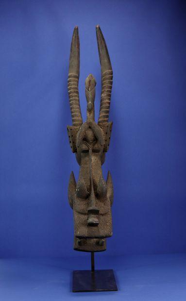 Masque buffle kagba figurant un animal fantastique composé d'éléments zoomorphes...
