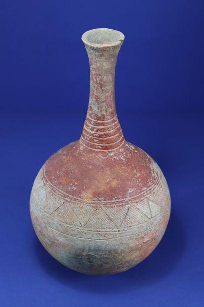 Elégante poterie sphérique à long col, engobe...