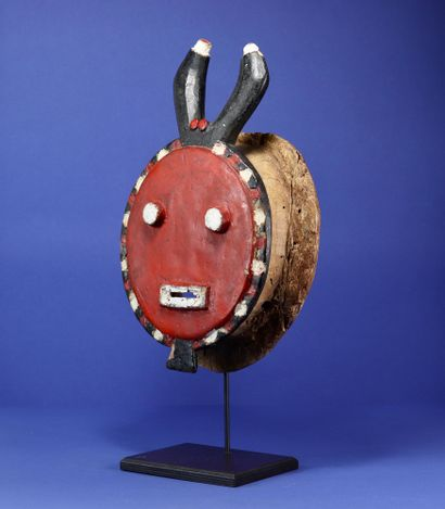 Kplé kplé mask of the goli with a characteristic round face, topped by a pair of...