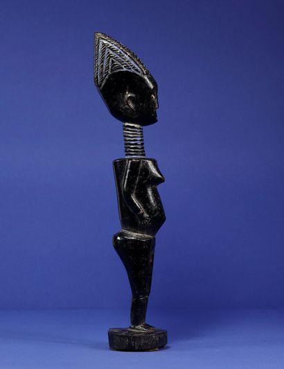 Statue représentant un personnage féminin traité dans des volumes cubiques, les...