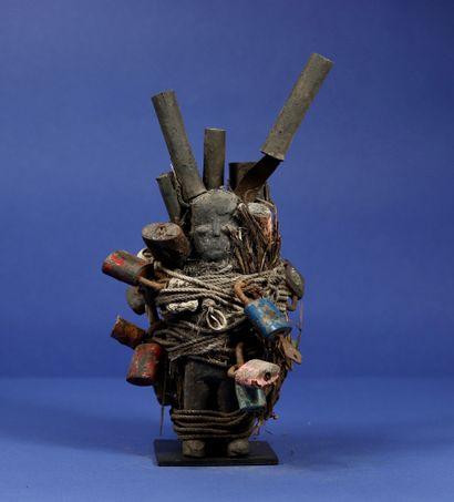 Fagot rituel intégrant deux statuettes en...