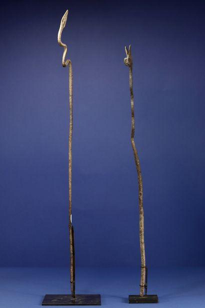 Un lot de deux fers votifs représentant des serpents. Lobi, Burkina Faso. H. 51...