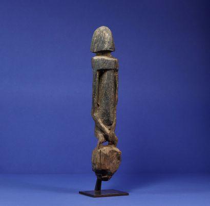 Statue figurant un personnage debout aux...