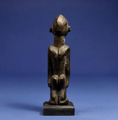 Statuette masculine en position debout. Bois à patine noire. Lobi, Burkina Faso....