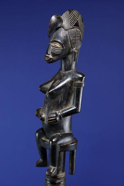 Canne de cultivateur tefalipitya sculptée en son sommet d'un personnage féminin...