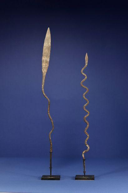 Un lot de deux fers votifs représentant des serpents. Lobi, Burkina Faso. H. 48...