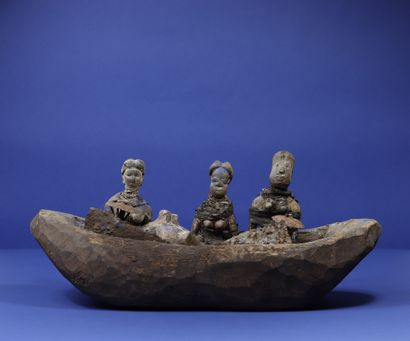 Barque votive en bois dans laquelle sont...