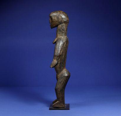 Statue représentant un personnage féminin debout, les bras écartés. Bois à patine...