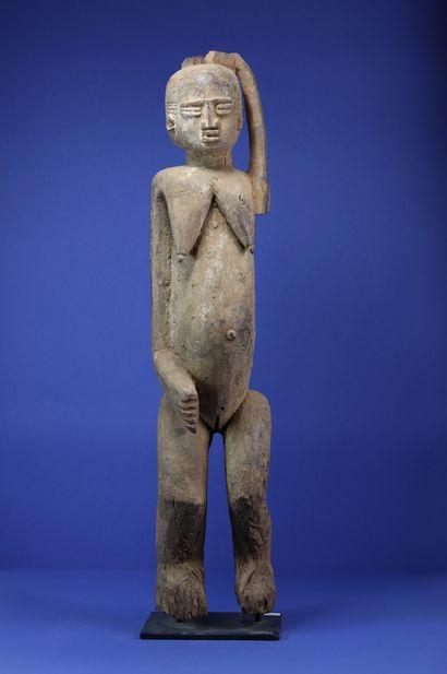 Importante statue féminine représentée debout,...