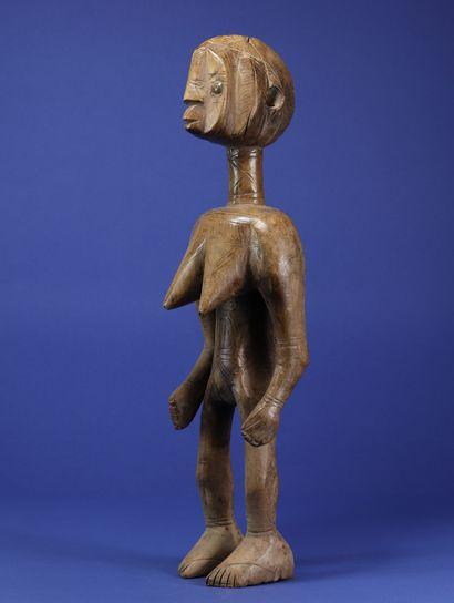 Statue féminine au style vigoureux, la poitrine généreuse projetée vers l'avant,...