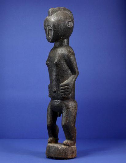 Rare statue masculine de divination du m'bra représentant un personnage masculin...