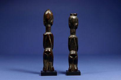 Paire de statuettes de divination ou de protection. Bois, superbe patine d'usage...