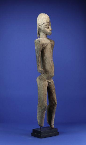 Superbe statue représentant un personnage masculin debout, les bras dégagés du corps,...