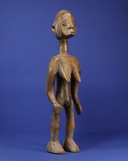 Statue féminine au style vigoureux, la poitrine...