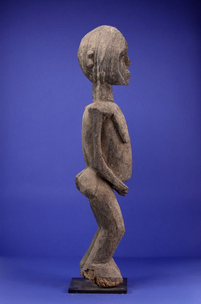 Important female statue with powerful volumes, the chest falling, the belly bulging,...