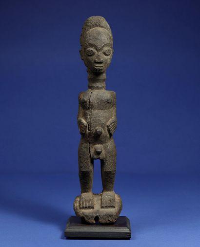 Statue masculine en position debout, entièrement...